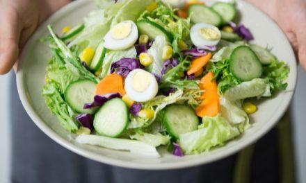 Membuat Salad Buah yang Menyehatkan